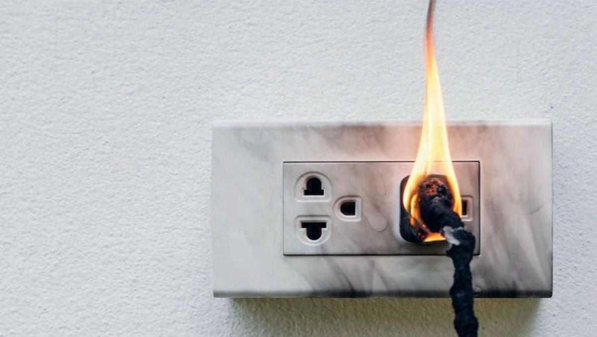 ¿Qué causa los incendios eléctricos en los hogares?