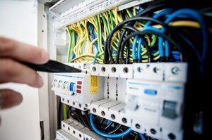 ¿Con qué frecuencia debe hacer una inspección eléctrica?